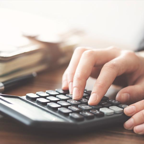 osoba prowadząca obliczenia zapomocą kalkulatora